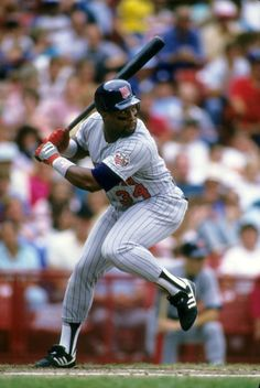 1987:  Minnesota Twins Kirby Puckett (34) in action, at bat wearing Franklin gloves.