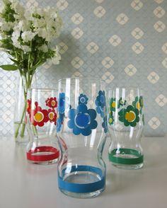 Three Vintage Lemonade Glasses with Green, Red, Blue and Yellow Floral Retro Design door Vantoen op Etsy