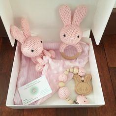 Box naissance cadeau Baby box fille ou garcon doudou hochet et attache tetine crochet Crochet Baby Toys, Crochet Bunny, Crochet Gifts, Baby Knitting, Baby Gift Box, Baby Box, Baby Gifts, Amigurumi Patterns, Crochet Patterns