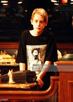 Macaulay Culkin during Nickelodeon and Macaulay Culkin on the set of Richie Rich in Los Angeles, CA, United States. Child Actors, Young Actors, Kevin Home Alone, Men In Tight Pants, Kevin Mccallister, Macaulay Culkin, Hindi Movies Online, Richie Rich, Retro Pictures