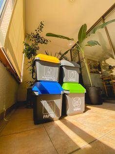 Contenedores de reciclaje de 35 litros de capacidad, apilables, prácticos, con colores según residuos. Canning, Glass, Recycling Bins, Remainders, Modern Design, Tin Cans, Paper Envelopes, Colors, Home Canning
