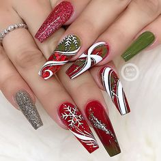 "💋 Perfect Nails 🌎 on Instagram: ""✨✨🌟✨✨✨ Christmas nails ❤️ Nail Artist: @bui808_nails ✔️🌟🌟🌟 💝 Follow her for more gorgeous nail art designs! ❤️More inspiration? Tap on…"""