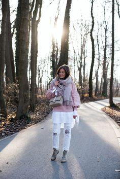 Nina Schwichtenberg in ihrem herbstlichen Layering Look. Sie trägt eine weiße lange Bluse, weiße Jeans, einen Burberry Sweater. Als Accessoires kombiniert sie einen Schal und die Chanel Timeless Canvas. Mehr auf www.fashiioncarpet.com