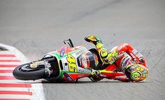 So Funny Epic Fails Pictures Motogp Valentino Rossi, Valentino Rossi 46, Biker Accessories, Race Around The World, Best Fails, Vr46, Epic Fail Pictures, Ducati, Racing
