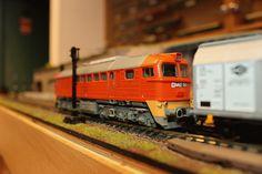 Egy Roco gyártmányú M62-es húzza az új Roco 67113 teherkocsit. http://www.vasutmodell-centrum.hu/mozdonyok-kocsik-modellek/teherkocsik/roco-67113-eltolhato-oldalfalu-negytengelyes-teherkocsi-mav-e5-6-p-32052-72-2.html