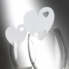 """Wow, wat een supergaaf idee! De plaatskaartjes op het glas, in plaats van er naast. Deze kaartjes zijn gemaakt om op de rand van een wijnglas te kunnen """"staan"""". Genoeg plek om de namen of een leuke boodschap voor de gasten op te schrijven."""
