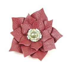 Flores de cuero :lodijoella Leather Accessories, Leather Jewelry, Leather Craft, Leather Carving, Bag Pins, Leather Flowers, Leather Projects, Flower Making, Flower Art
