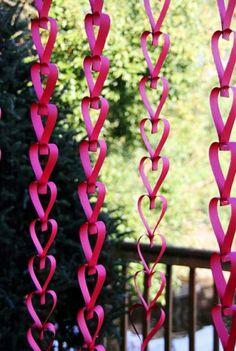 pinkfarbene Papier-Girlande in Herzform