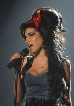12 Iconic Beauties Who Make The Case for The Cat Eye – Vogue - Amy Winehouse