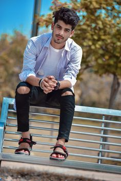 Group Photo Poses, Photo Poses For Boy, Boy Poses, Portrait Photography Men, Photography Poses For Men, Best Poses For Boys, Best Smart Casual Outfits, Male Model Photos, Mens Photoshoot Poses