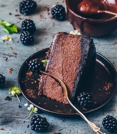 The Best Baked Chocolate Cheesecake Recipe with tips for the perfect cheesecake! This vegan chocolate cheesecake is creamy, rich, fudgy and so delicious! No Bake Chocolate Cheesecake, Frozen Cheesecake, Best Vegan Chocolate, Melting Chocolate, Chocolate Lovers, Chocolate Ganache, Vegan Desserts, Vegan Recipes, Vegan Food