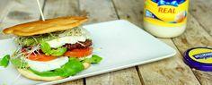 Foodbloggers burgercontest: Broodje hamburger met Hellmann's, tomaat, mozzarella, pesto, alfalfa en veldsla