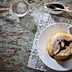 Vegan pancakes με χαρουπόμελο / Vegan carobhoney pancakes. Τέλεια και αφράτα πανκέικς για ένα λαχταριστό μπραντς! #vegan #veganrecipes #vegandesserts #vegangreece #veganpancakes #greekfood #greekfoodrecipes #greekrecipes #sintagespareas #συνταγές #ελληνικα #ελλάδα #pancakesrecipes  #carob #pancakesideas Pancakes, Vegan Recipes, Tableware, Dinnerware, Pancake, Vegane Rezepte, Dishes, Vegan Dinner Recipes, Crepes