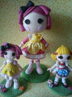 Linda boneca confeccionada em biscuit, totalmente modelada a mão.