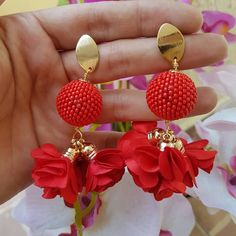 La imagen puede contener: flor Fabric Earrings, Fancy Earrings, Leather Earrings, Beaded Earrings, Earrings Handmade, Stylish Jewelry, Diy Jewelry, Beaded Jewelry, Jewelery