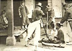 Interrogation. 주리트는 광경 : 한말에 찍은 두 장의 사진으로 주리트는 생생한 모습을 확인할 수 있다. 『사진으로 보는 조선시대(속)-생활과 풍속』(서문당) 수록.