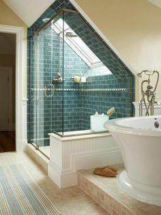 elegante duschkabine und weiße badewanne unter dachschräge