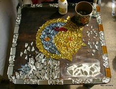 Luego de terminar de pegar los pedacitos de espejo, rellenamos con porcelana.