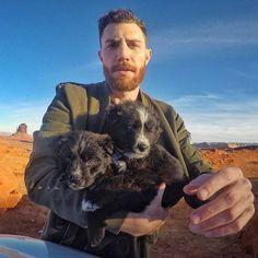 В тот день Джордан Кахана нашел на пустыре в Аризоне двух очаровательных, но очень ослабленных и обезвоженных щенков. Джордан так и не смог с ними расстаться, а к сегодняшнему дню они стали звездами Instagram.   Зевс и Седона – так зовут собак – сопровождают Джордана во всех его путешествиях. Вместе они объехали тридцать пять штатов и преодолели больше 30 000 миль.   Помимо Instagram, в котором у троицы уже 60 с лишним тысяч подписчиков, Джордан также ведет канал на Youtube. Взгляните, как…