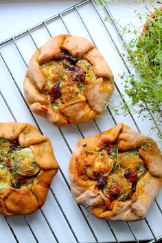 En fransk rustik version af en tærte: Spinat galette fyldt med soltørrede tomater, pesto og gedeost. Perfekt til madpakke og fryser også. Find opskrift her.
