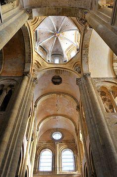 Eglise Sainte-Foy de Conques, début du XIIe siècle : vue intérieure de la croisée couverte par une coupole à pans.