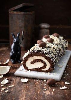 Kinder-kääretorttu – Perinneruokaa prkl   Meillä kotona Desserts To Make, Köstliche Desserts, Delicious Desserts, Yummy Food, Cake Bars, Sweet Bakery, Piece Of Cakes, How Sweet Eats, Sweet And Salty