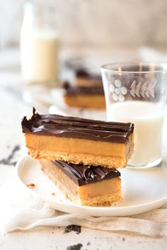 Chocolate Caramel Slice - Learn the secret to a perfect soft set caramel filling… Easy Caramel Slice, Chocolate Caramel Slice, Just Desserts, Delicious Desserts, Dessert Recipes, Yummy Food, Fancy Desserts, Candy Recipes, Macarons