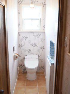 テラコッタ床と輸入壁紙の組み合わせがナチュラルなトイレ Toilet, Bathroom, House