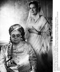 Aga Khan III (Aga Khan III) with his fourth wife Yvette Labrousse (Yvette Labrousse) or Begum Aga Khan Om Habibeh (Begum Om Habibeh Aga Khan), July 10, 1957.