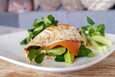gezonde eiwrap met zalm en avocado