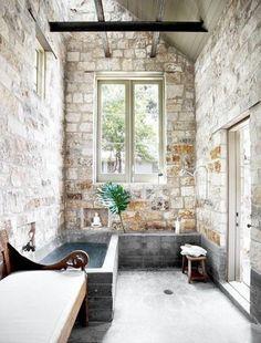 jolie salle de bain avec mur en pierre de parement intérieur