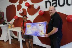 La gagnante de JEU.NC est venue récupérer son abonnement internent à vie chez le FAI calédonien Nautile