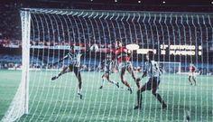 Fim do jejum alvinegro: Maurício faz o gol da vitória do Botafogo sobre o Flamengo, por 1 a 0, na final do Carioca de 1989. O time de General Severiano voltava a comemorar um título depois de 21 anos Foto: Arquivo/O Globo