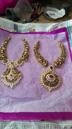 Gold Jewellery Design, Gold Jewelry, Jewlery, Indian Bridal Jewelry Sets, Emerald Ring Gold, India Jewelry, Simple Jewelry, Necklace Designs, Fashion Jewelry