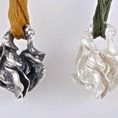 Colgantes de plata. #Colgantes orgánicos de #plata de 925 con #seda natural. Posibilidad de escoger acabado (la de la izquierda con acabado de plata envejecida, y la de la derecha con acabado de plata mate) y color de la seda.
