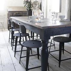 Mörkt matbord fån Jeanne d'Arc Living. Bordsskivan är av återvunnet trä, fin patina för en typisk lantlig shabby chic stil.