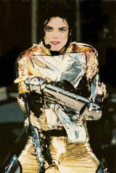 Michael Jackson siempre sorprendía en el escenario con un vestuario impecable.