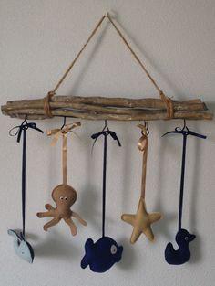 Mobiel met figuren van vilt. Gemaakt voor de babykamer (strandkamer).