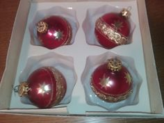 4 Wunderschöne alte Christbaumkugeln!Gebraucht (Wie Neu)!Rot/Gold!Ab nur einen Euro mitbieten!