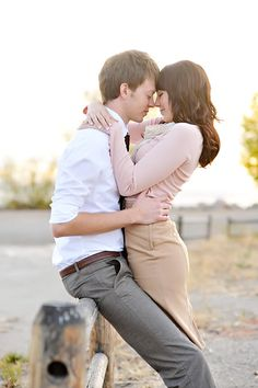 Adorable photography pose for an Engagement session or Wedding!