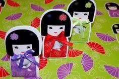 Nouveauté....Une poupée japonaise comme ballotin de dragées ! http://www.drageeparadise.fr/contenant-a-dragees-_29_contenant-dragee-bapteme-en-carton_contenant-a-dragees-kokeshi__527_1.html