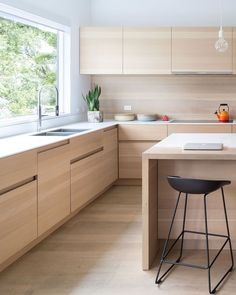 Browse photos of Minimalist Kitchen Design. Find ideas and inspiration for Minimalist Kitchen Design to add to your own home. Kitchen Interior, Kitchen Inspirations, Kitchen Cabinets, Kitchen Remodel, Contemporary Kitchen, Wood Kitchen, Home Kitchens, Minimalist Kitchen, Kitchen Renovation