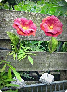 ... mal wieder gefilzt!!! Gestern habe ich seit einer halben Ewigkeit endlich mal wieder gefilzt. Diese zwei Blumen sind als Geburtstagsge...