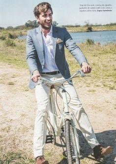 López Sarmiento es una reconocida marca que se dedica al alquiler y venta de trajes a medida para novios. El día de su casamiento será irrepetible y cada vez son más los caballeros que quieren buscar su look personal y sentirse cómodos con su