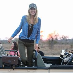 A cute safari style means comfortable layers that will keep you warm. Here's my ultimate safari packing list, plus what to expect on an African safari! Safari Outfit Women, Safari Outfits, Olive Pants, Safari Chic, Honeymoon Outfits, Nyc Fashion, Fashion Women, High Fashion, Africa Fashion