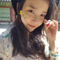 These gorgeous Korean actresses are truly beautiful even without makeup on! Find out our pretty and popular actresses who are blessed with beautiful bare face and learn their beauty secrets. Actress Without Makeup, Kim Chungha, Kim Hyuna, Korean Beauty, Ulzzang Girl, Britney Spears, K Idols, Korean Singer, Kpop Girls