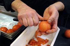1- Éplucher les légumes: tomates, poivrons et courgettes