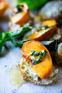 Peach Bruschetta with goat cheese, basil and infused honey is part of Healthy appetizers Goat Cheese - Peach Brushetta with goat cheese, basil and infused honey a simple delicious appetizer you can make in minutes! Yummy Appetizers, Appetizer Recipes, Appetizer Ideas, Party Appetizers, Appetizers With Goat Cheese, Peach Appetizer, Salami Appetizer, French Appetizers, Breakfast Appetizers