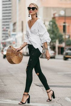 Summer street style fashion trend black jeans white shirt basket bag peasant sleeve classy casual chic The post 30 Summer Street Style Looks to Copy Now appeared first on Best Jeans. Street Style Jeans, Autumn Street Style, Moda Casual, Classy Casual, White Casual, Casual Fall, Classy Style, Fashion Mode, Look Fashion