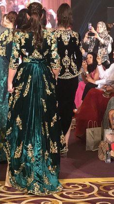 Arabic Dress, Sleeves Designs For Dresses, Abaya Designs, Arab Fashion, Pakistani Bridal Dresses, Gala Dresses, Oriental Fashion, Bridal Outfits, Elegant Outfit